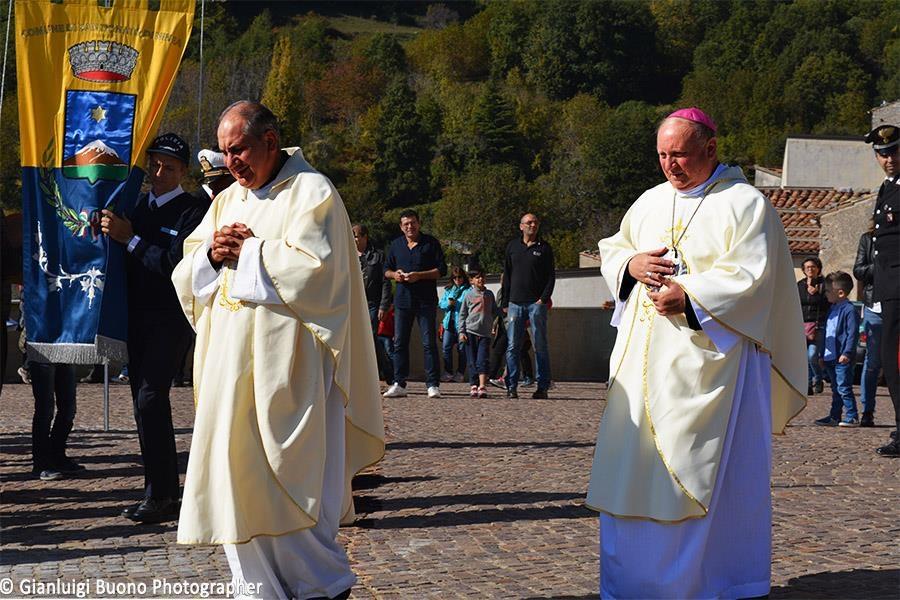 Il Vescovo ed il Parroco Don Pino Esposito sul piazzale, pronti per la benedizione