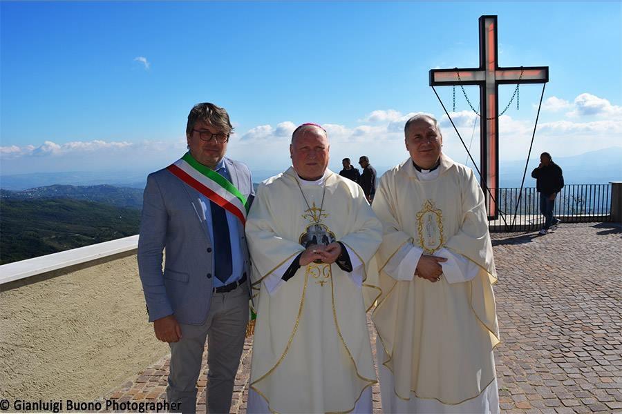 Il Vescovo con Don Pino Esposito