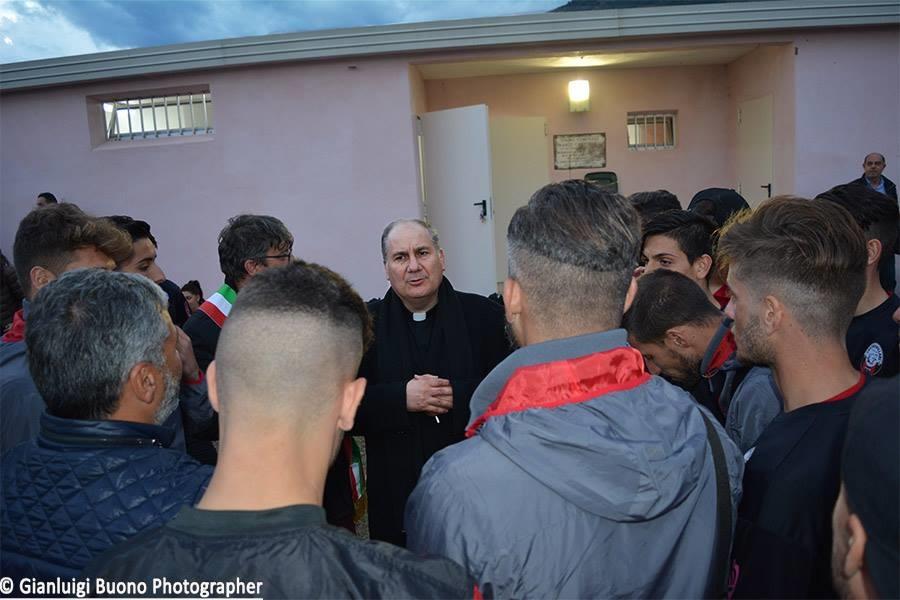 Il Parroco Don Pino Esposito dialoga con i ragazzi