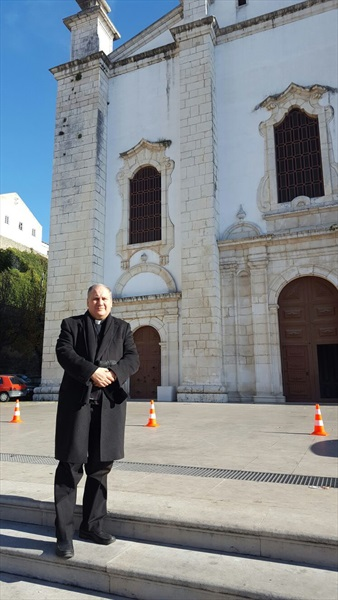 Don Pino Esposito davanti alla Cattedrale di Leiria