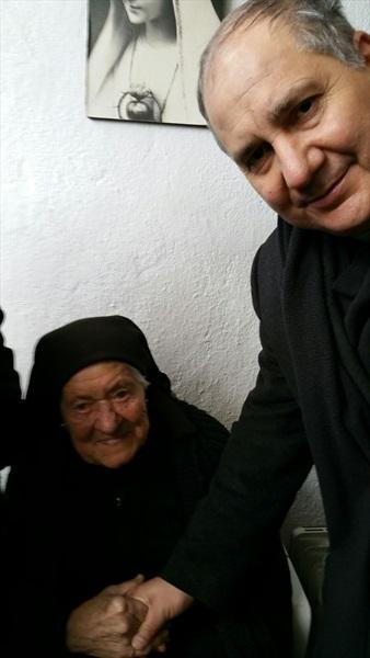 Don Pino Esposito nella casa della nipote di Suor Lucia, si intrattiene a parlare cordialmente. Fatima 10 gennaio 2017