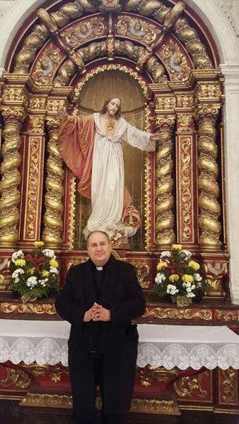 Don Pino Esposito nella Cattedrale di Leiria dinanzi alla statua dell'Immacolata